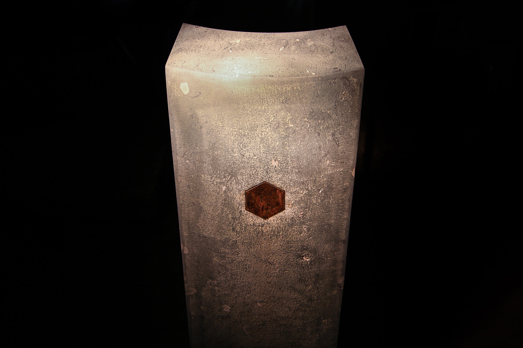 Grabstele mit Hexagon
